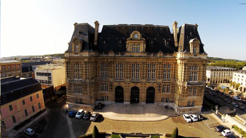 vue aérienne en drone de la Mairie de Versailles département 78
