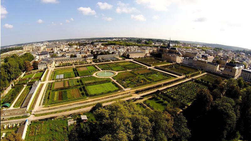 Vue aérienne rasante Promenade au potager du Roi en drone