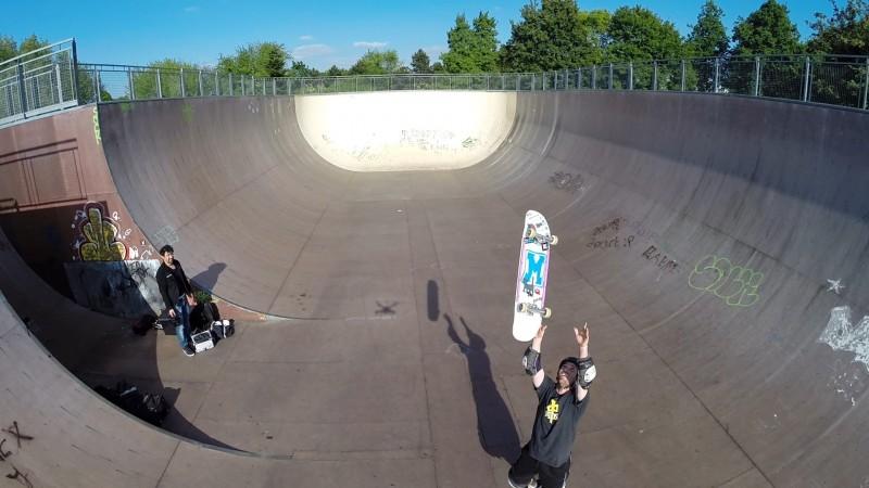 Marc Haziza dit bonjour au drone avec son skate