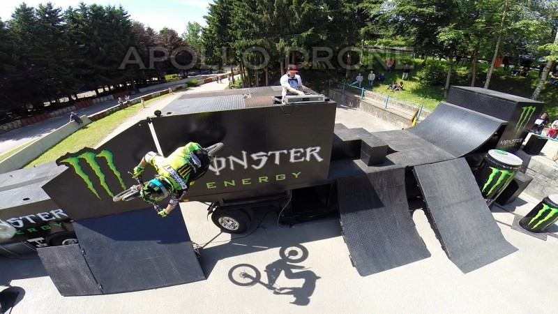 Vidéo de moto et figures entièrement réalisée avec des drones
