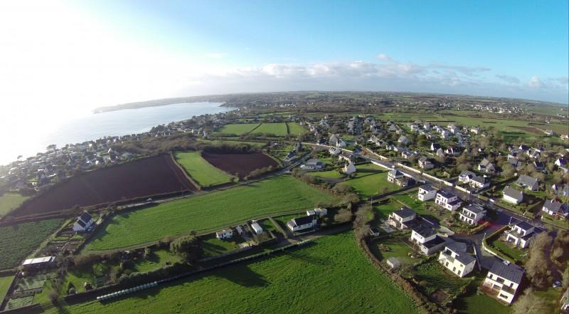 La Bretagne vue aérienne rasante en drone professionnel petites maisons, bocage et bras de mer