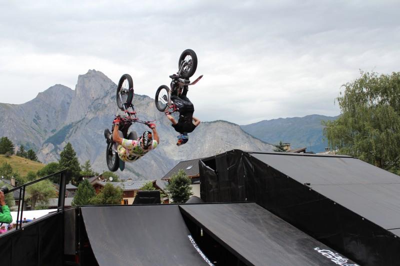 Photo d'un tournage en drone professionnel avec Julien Dupont et Kenny Thomas en backflip