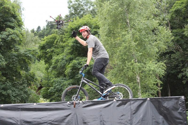 Photo de Léo Ribet suivi par un drone