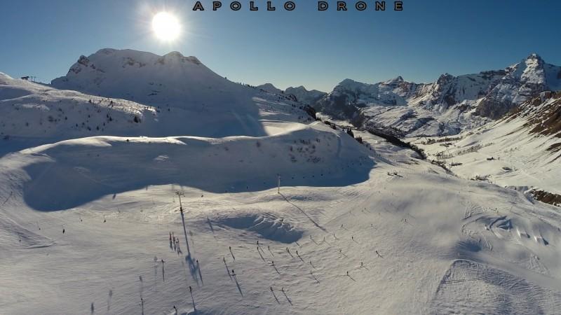 Grand Bornand coucher de soleil sur la montagne et les pistes de ski drone professionnel