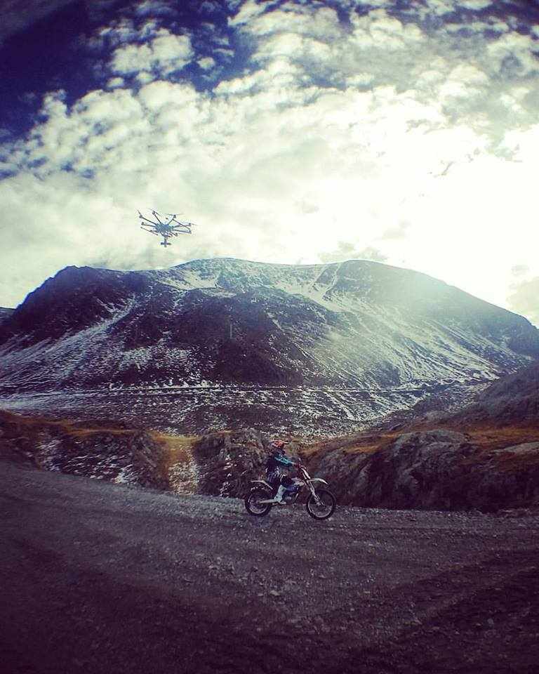 Tournage du clip Land Of Silence avec le drone qui suit Julien DUPONT avec la KTM électrique et Léo NOBILE