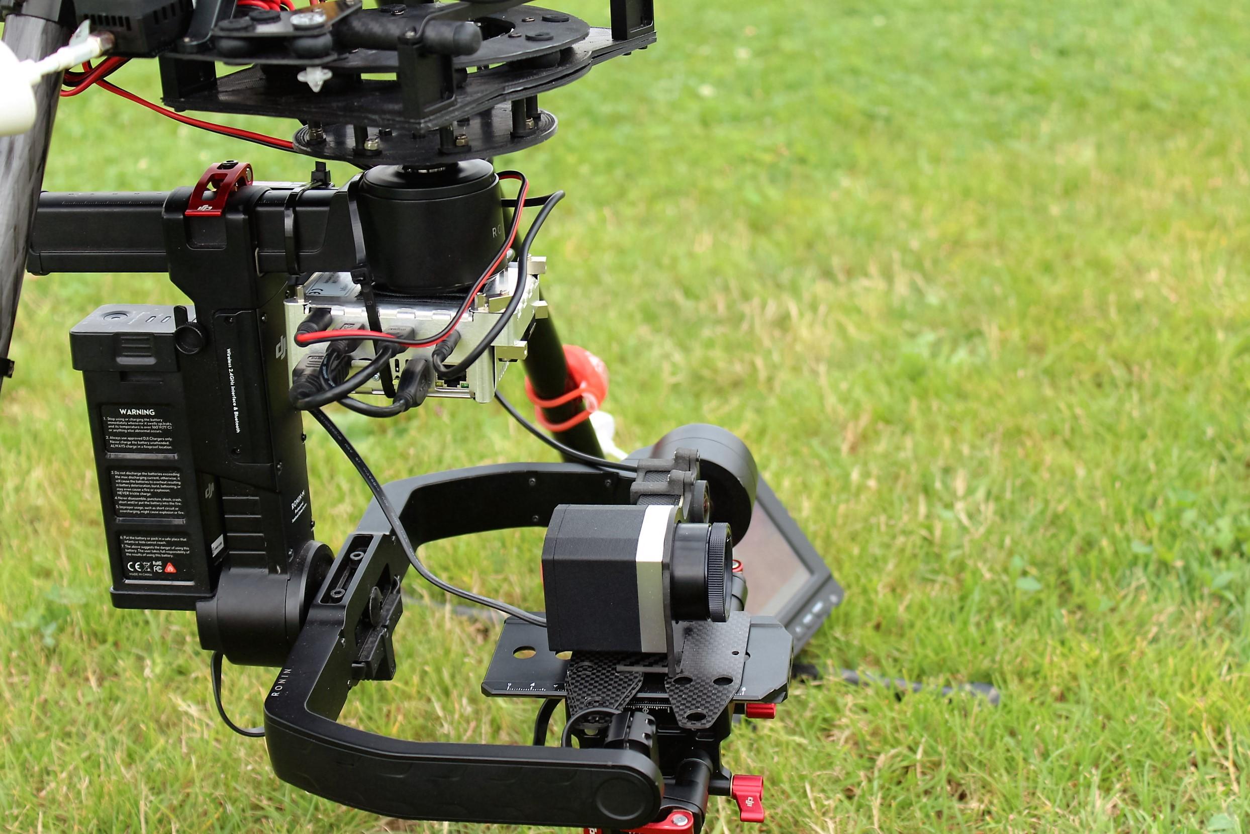 nacelle-ronin-camera-optris-pi450-couplee-avec-une-gopro-1