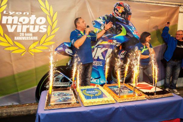 Le gâteau d'anniversaire fait des étincelles !!