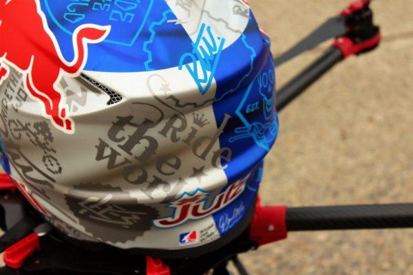 Notre S900 se protège avec le casque Ride The World