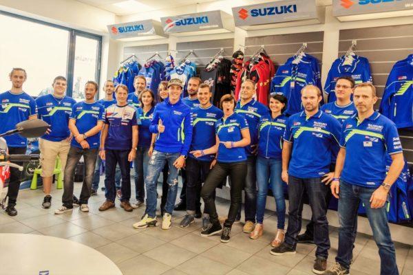 Toute l'équipe Moto Virus accompagnée du piloto moto GP d'Aleix Espargaro