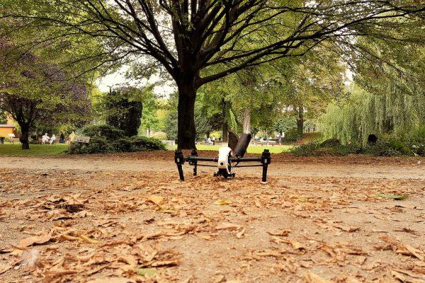 DJI Inspire prêt à décoller dans le parc de Clichy
